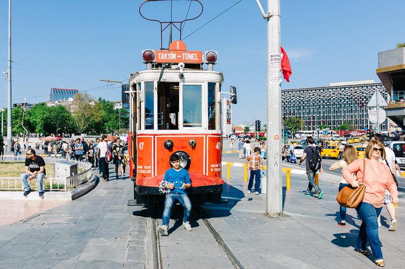 Композиция снимка такова, что вам сложно задержать взгляд на чем-то конкретном. Парень у трамвая так и «просит», чтобы вы подошли ближе.